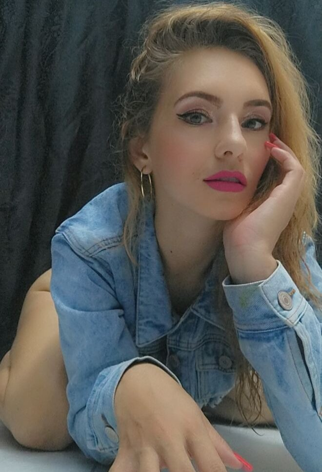 Watch  Kristal-Blue live on cam at StripChat